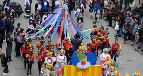 Preto de vinte comparsas percorren O Barco no desfile de Carnaval