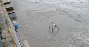 O río Sil cubre parte da praia fluvial do Barco tras as últimas chuvias