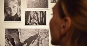 """""""Muy a pecho"""", exposición con acento trivés que retrata a convivencia co cancro, na Arxentina"""