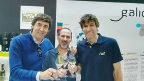 Os ex futbolistas Patxi e Julio Salinas brindan con godello de Valdeorras en Alimentaria