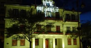 A fachada do Concello do Barco tínguese de cor para promover a reciclaxe