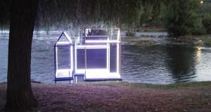 A instalación artística danada a pasada fin de semana volve a acender as augas do Sil no Barco