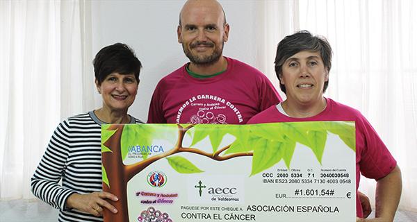 O Club Atletismo Rúa entrega á AECC en Valdeorras o recadado na carreira contra o cancro de mama