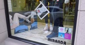 Fusión de moda e pintura erótica no escaparate de Miranda X, no Barco