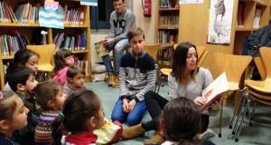 Facendo ourizos de cartolina e escoitando historias de animais, na Biblioteca de Verín