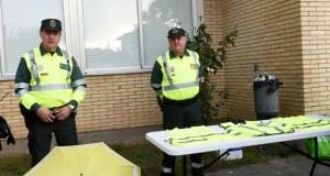 A Garda Civil desenvolve unha campaña de entrega de chalecos reflectantes a peóns