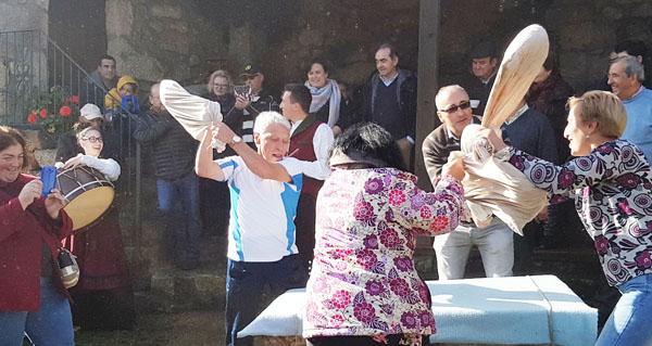 Parada de Sil recrea a tradición da pisa da castaña seca