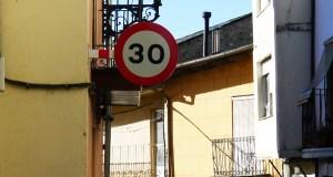 Novo sinal de límite de velocidade no casco antigo do Barco