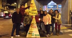 A Asociación Sociocultural San Cristóbal viste de Nadal os comercios da Rúa