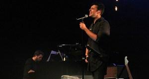 Miguel Arias e Álvaro Manzanas namoran ao público no Teatro Lauro Olmo do Barco