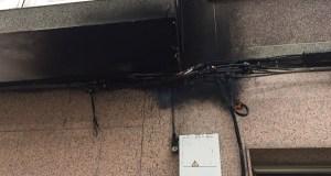 Arden os cables dun cadro eléctrico do exterior dun edificio no Barco