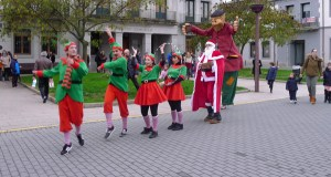 O Apalpador, acompañado por Papá Noel e os elfos, percorre O Barco