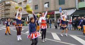 Unha vintena de comparsas toman A Rúa nun multitudinario e colorista desfile