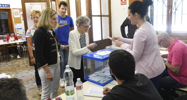 Asunción Cruz, unha das votantes máis veteranas do Barco con 101 anos
