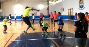 Medio cento de persoas desfrutan dunha xornada de voleibol en familia no Barco