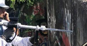 Unha nova empresa do Barco fai unha demostración de limpeza de pintadas na vila