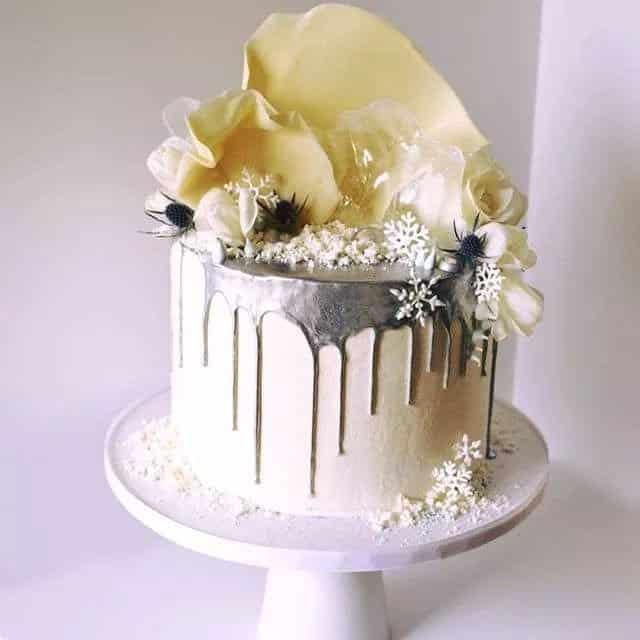 torta con colata di cioccolato