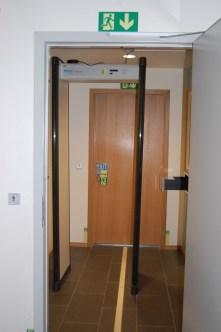 Metdalldetektoren som må passeres før besøk kan gjennomføres.