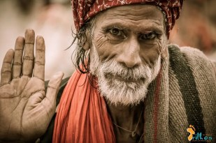 """""""Vida Errante"""" - Junto ao Rio Ganges, o rio que gera a vida e leva a morte, os Sadhus são presença constante. Deixam casa e família, despem-se de bens materiais e vivem errantes, na eterna procura da perfeição espiritual... Varanasi, Índia - 2012"""
