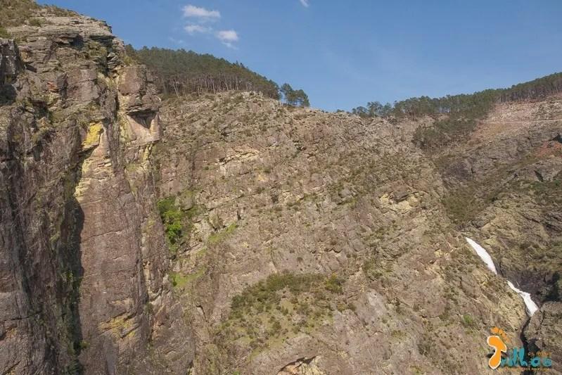 Vista panorâmica das Fisgas de Ermelo, com o rio Ôlo ao fundo