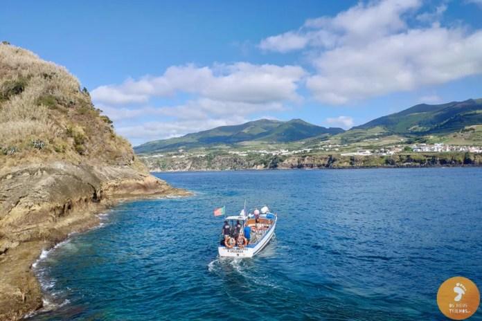 Um barco de turistas no exterior do Ilhéu de Vila Franca do Campo