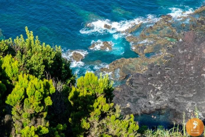 Ao fundo, do lado direito vemos o poço onde se pode tomar banho, na Ponta da Ferraria, Ilha de São Miguel  - Açores