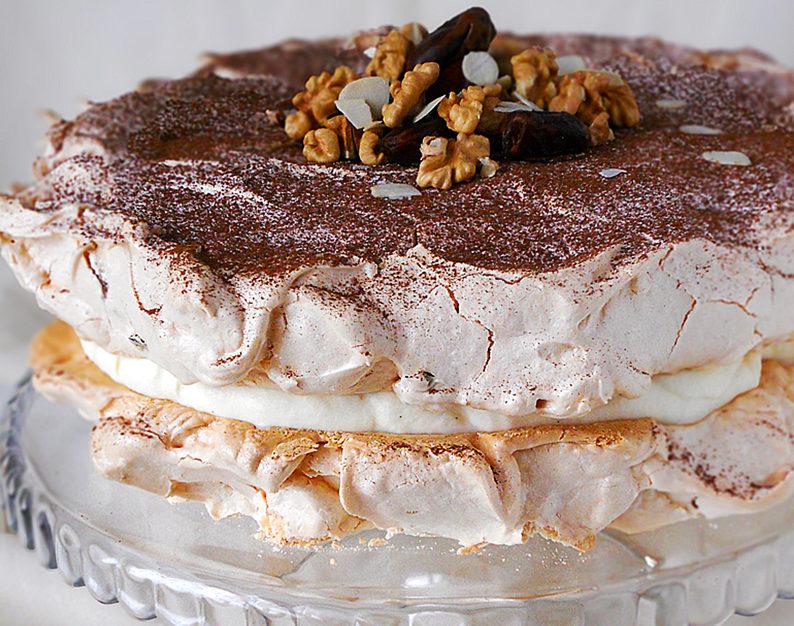 tort bezowy dacquoise z bakaliami przepis