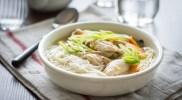 Kokosowa zupa z kurczakiem i makaronem ryżowym