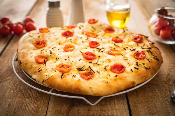 ciasto na pizzę focaccia
