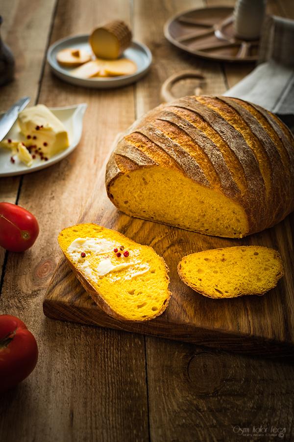 chleb dyniowy z masłem