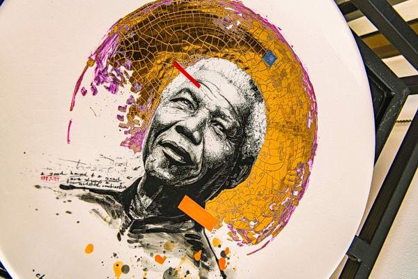 معرض تشكيلي للزعيم التاريخي نيلسون مانديلا