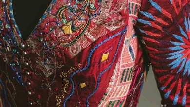 Photo of استغرق 10 سنوات وعبر 28 دولة مشروع الفستان الأحمر بأنامل نساء العالم