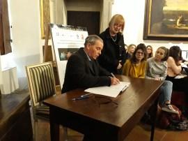 Il sindaco di Ariccia (Rm) Roberto Di Felice firma il protocollo