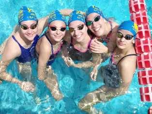 Nuotatori in acqua