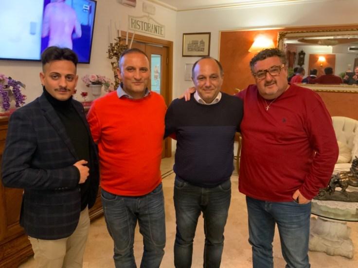 matrigiani (a dx) con patron spinelli (in maglione arancione) e altri dirigenti audace