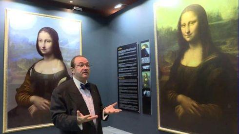 Lo scienziato Pascal Cotte spiega la differenza tra le due versioni della Gioconda (da Bbc News, courtesy Brinkworth Films)