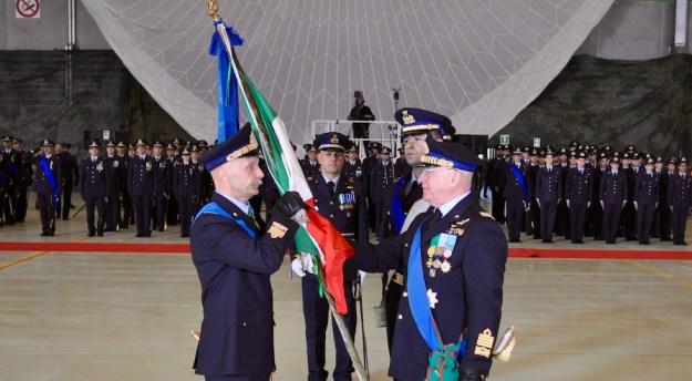 Il generale Enzo Vecciarelli (a sin.) riceve la Bandiera dal generale Pasquale Preziosa