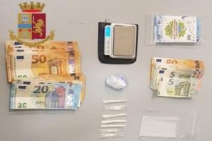 nascondeva droga e contanti in casa