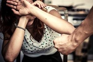 violenza domestica Prende la moglie a sediate