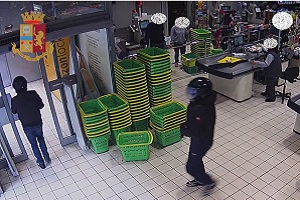Rapina supermercato in via Tibaldi, arrestato