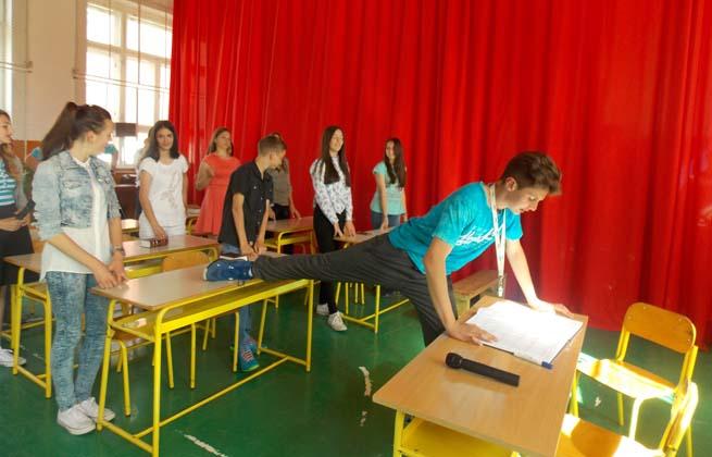 Сцена из филма Лајање на звезде - школска драмска секција