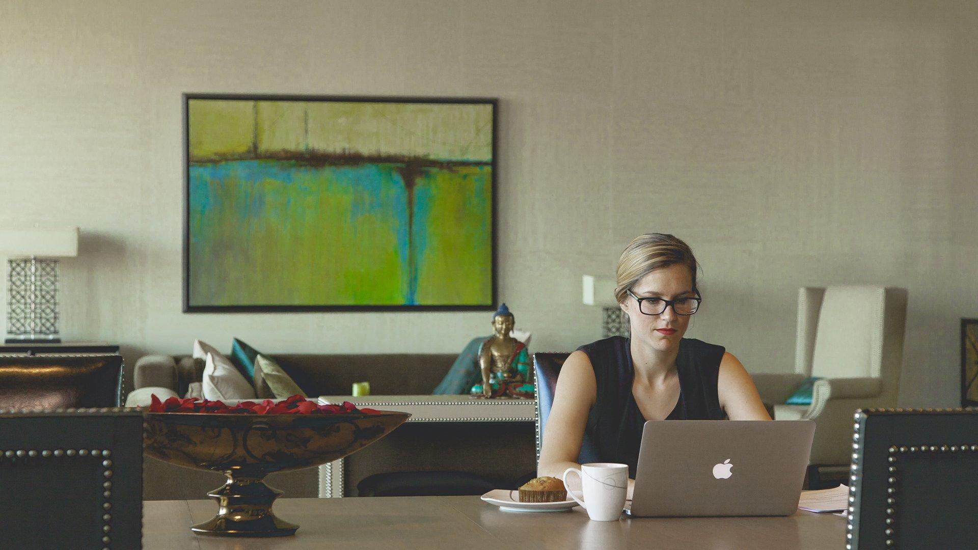 Bild einer Frau vor einem Laptop