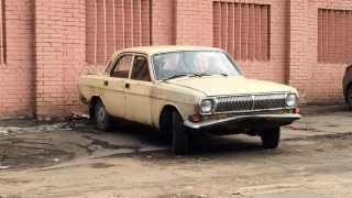 Kaputtes Auto in Moskau ohne Nummernschild.
