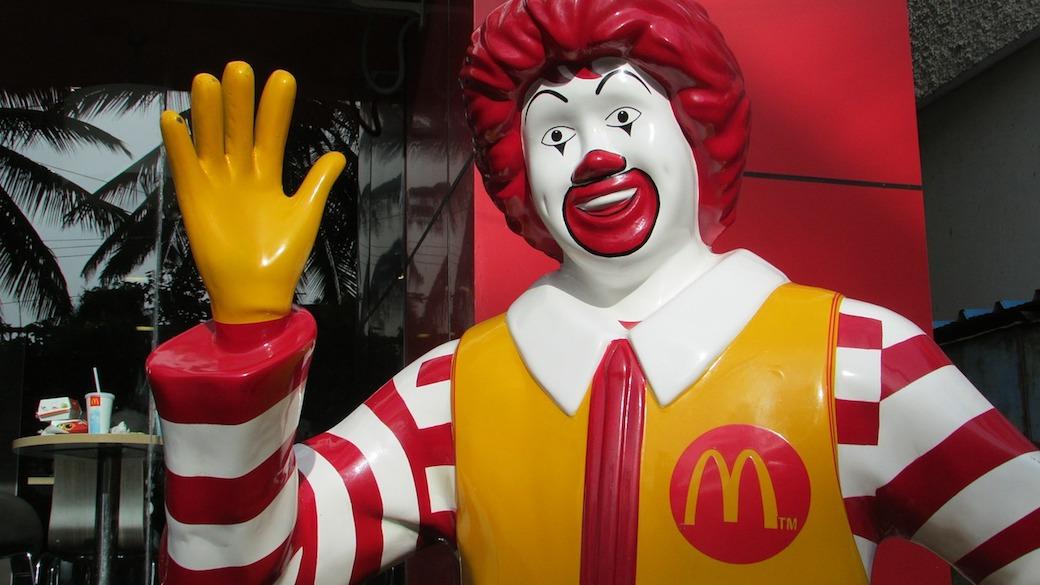 Ronald McDonald in einer McDonald's-Filiale