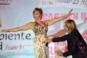 Carmen Russo ed Enzo Paolo Turchi si esibiscono sul palco