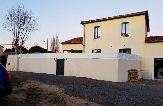Photo d'une clôture en PVC sur mur type brise vue