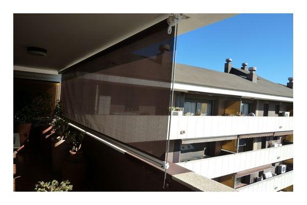 Photo d'un store vertical d'extérieur pour balcon avec une toile tamisante anti-chaleur