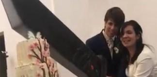 Casal utiliza a Buster Sword de Final Fantasy para cortar bolo da casamento
