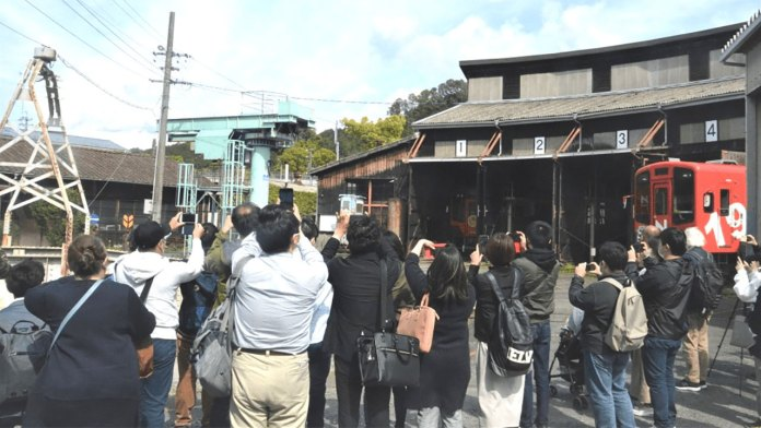 Estação Tenryu Futamata invadida por fãs de Evangelion