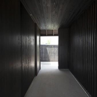 2:エントランスポーチ 左手には共有の土間、親世帯の玄関がある。